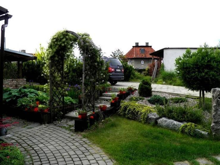 Przejście do ogrodu: styl , w kategorii  zaprojektowany przez Garden Ekspert Studio Architektury Krajobrazu