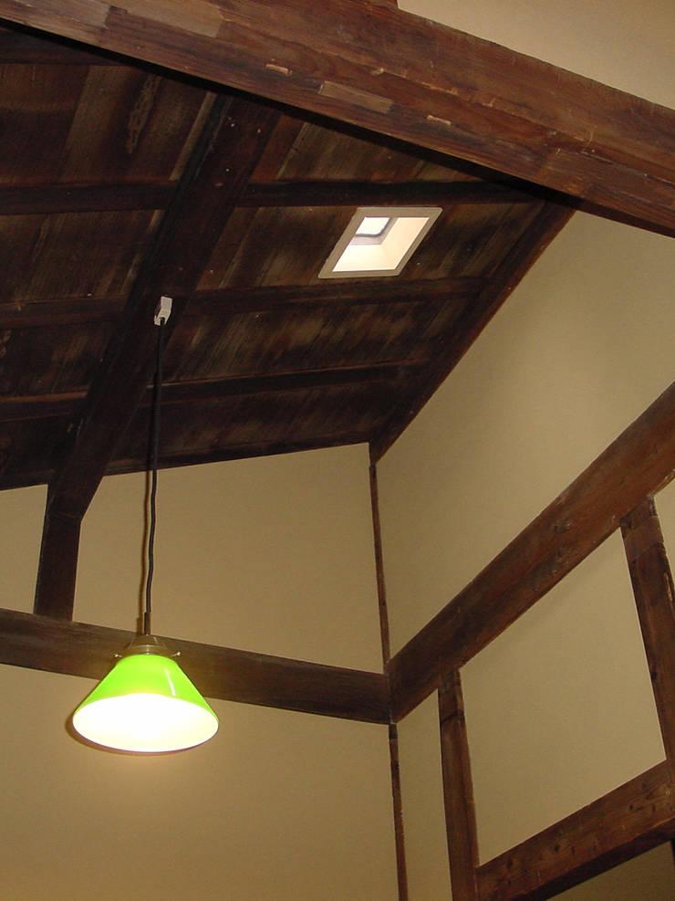 天窓とペンダントライト: 一級建築士事務所 ネストデザインが手掛けた天窓です。