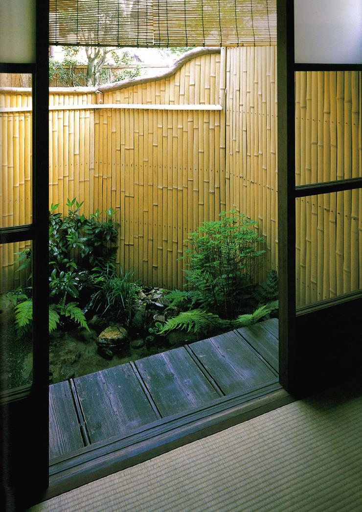 坪庭: 一級建築士事務所 ネストデザインが手掛けたアプローチです。