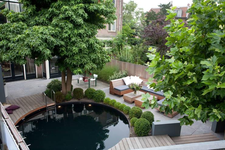 Moderne stijlvolle stadstuin in centrum Haarlem: moderne Tuin door Biesot
