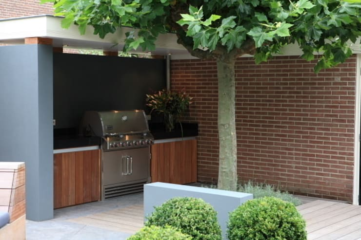 Moderne stijlvolle stadstuin in centrum Haarlem:  Keuken door Biesot