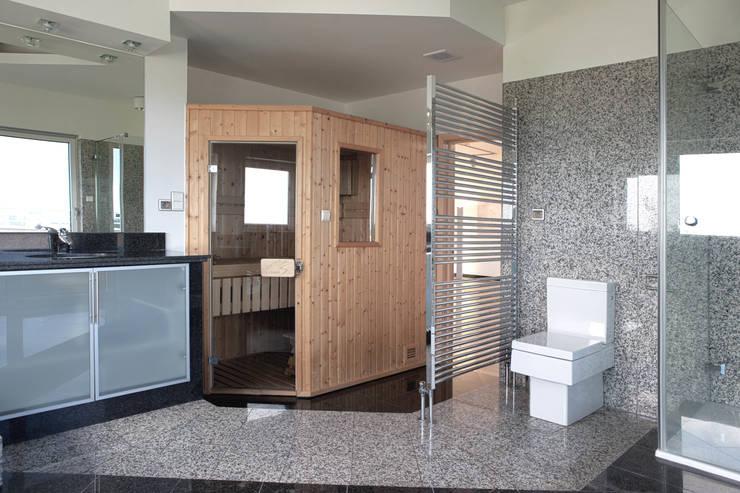 Apartament na dachu: styl , w kategorii Łazienka zaprojektowany przez Mobile Design Katarzyna Juszczak,Nowoczesny