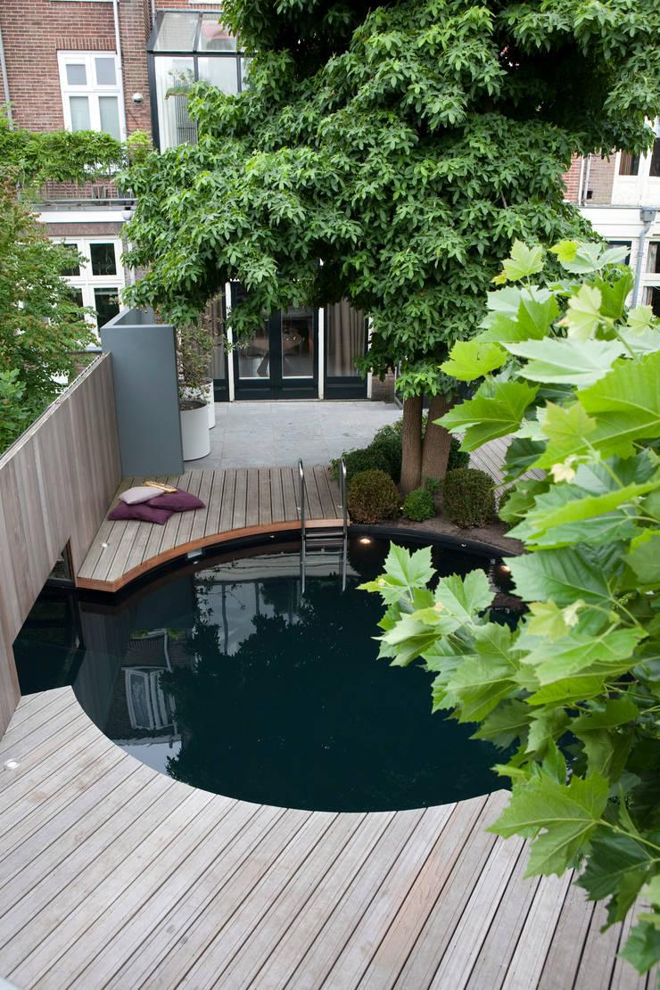 Moderne stijlvolle stadstuin in centrum Haarlem:  Tuin door Biesot, Modern