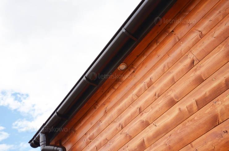 Oświetlenie LED elewacji w całorocznym domku drewnianym 12x4m - Domek mobilny na kołach: styl , w kategorii Domy zaprojektowany przez Letniskowo.pl Sp. z o.o. Sp.k.,Klasyczny Drewno O efekcie drewna