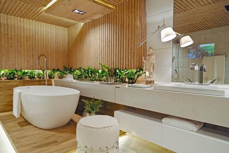 Sala de Banho do casal - Casacor Goiás 2014: Locais de eventos  por Camila Braga Arquitetura,
