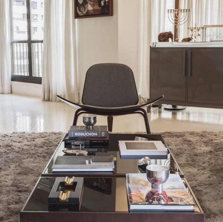 Salas de estar modernas por SESSO & DALANEZI