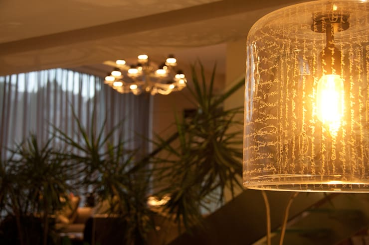 Residencia  Vertientes: Salas de estilo  por Iluminarq