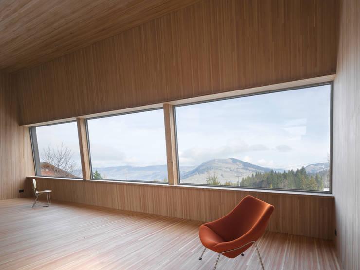 Passivhaus Vogel: moderne Esszimmer von Diethelm & Spillmann