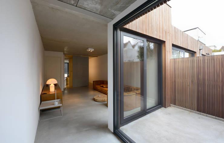 interieur nr 69 bg:  Woonkamer door m3h architecten, Modern