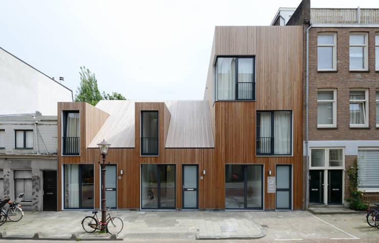 Voorgevel in straat:  Huizen door m3h architecten, Modern