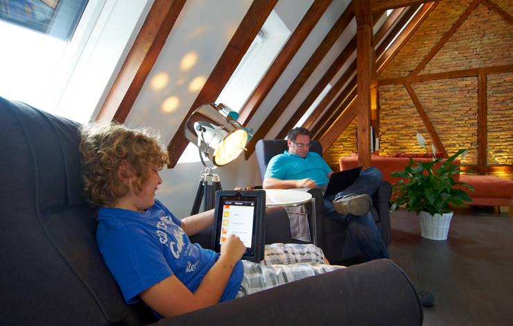 Mehr Komfort und Energieeinsparung per App:  Wohnzimmer von Somfy GmbH