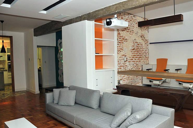 APARTAMENTO E|R: Salas de estar  por Lote 21 Arquitetura e Interiores