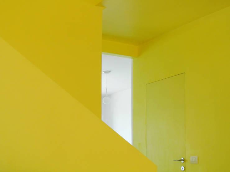 Casa AP: Ingresso & Corridoio in stile  di Sergio Virdis architetto