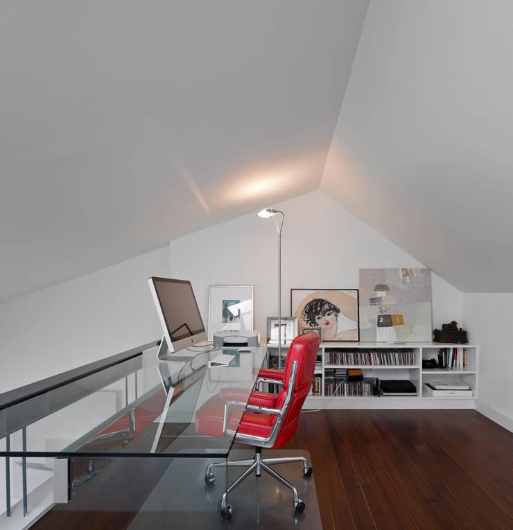 Apartamento na Lapa: Escritórios e Espaços de trabalho  por RRJ Arquitectos