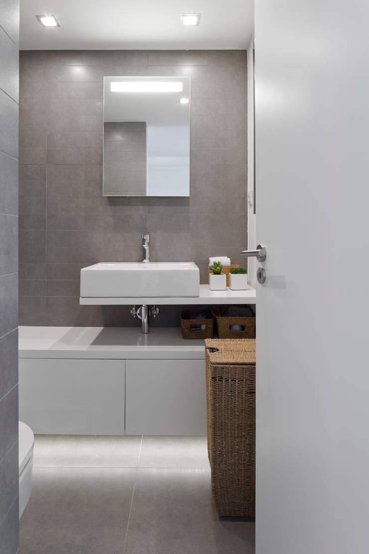 Apartamento na Lapa: Casas de banho  por RRJ Arquitectos