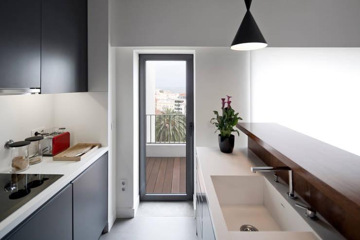 Cocinas de estilo moderno por RRJ Arquitectos