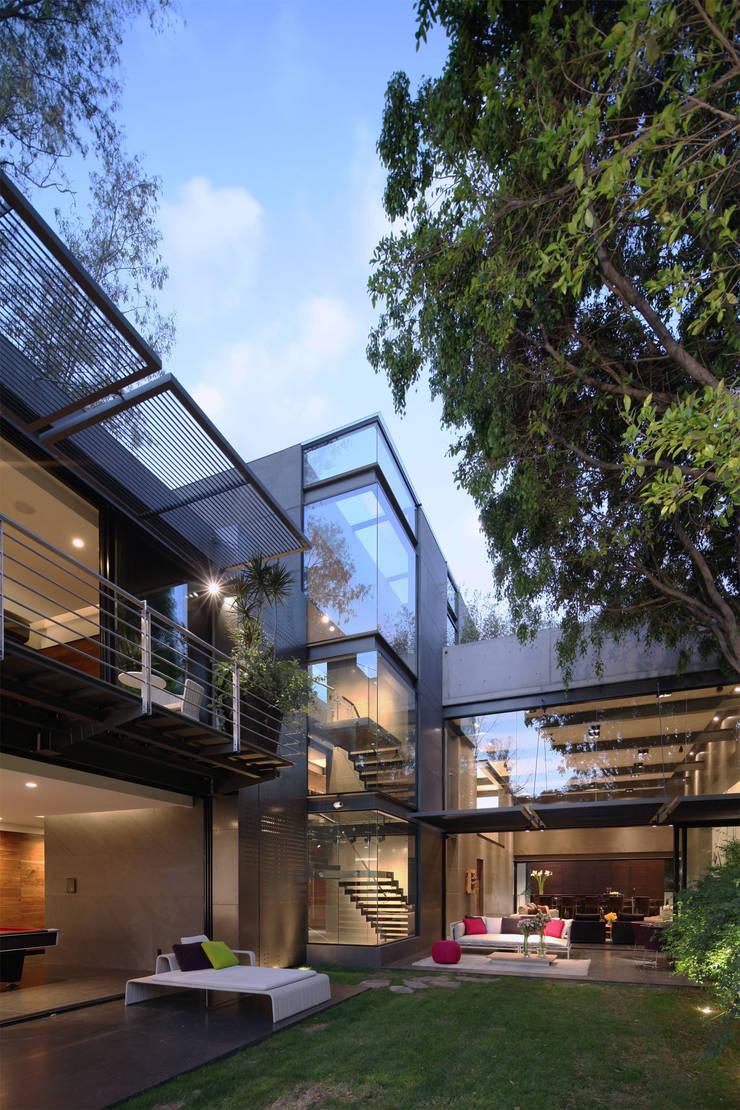 Casa Basaltica: Jardines de estilo  por grupoarquitectura
