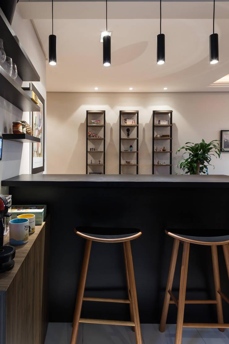 COZINHA INTEGRADA COM ESTAR E JANTAR: Salas de jantar  por Pura!Arquitetura,