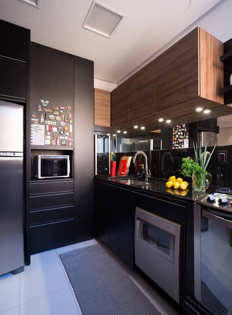COZINHA INTEGRADA COM ESTAR E JANTAR: Cozinhas  por Pura!Arquitetura,