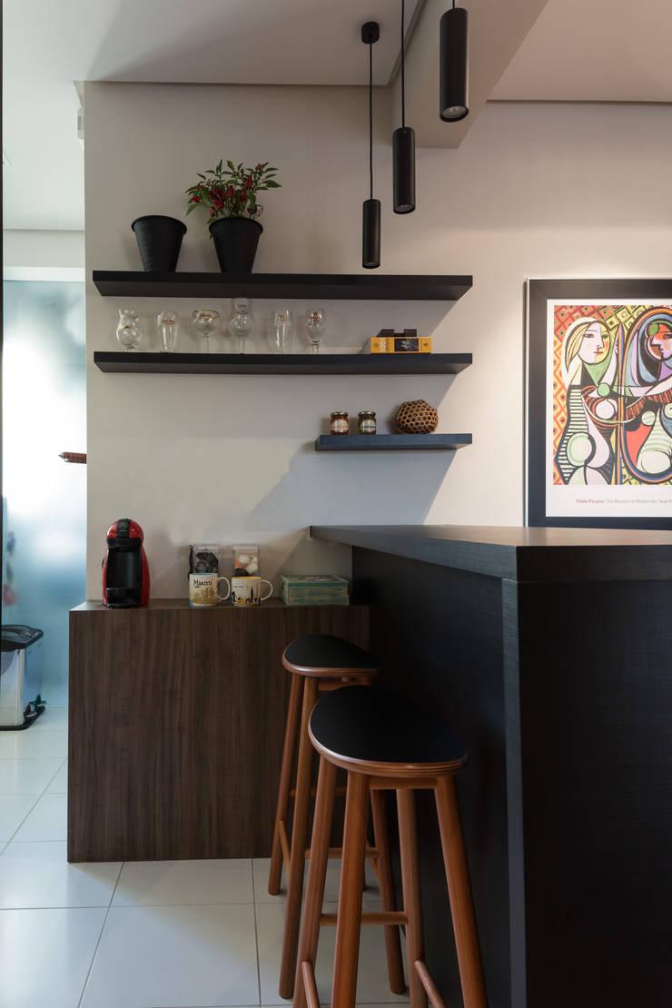 COZINHA INTEGRADA COM ESTAR E JANTAR: Salas de jantar  por Pura!Arquitetura