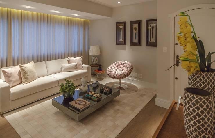 Apartamento em Belo Horizonte: Salas de estar  por Lívia Bonfim Designer de Interiores,