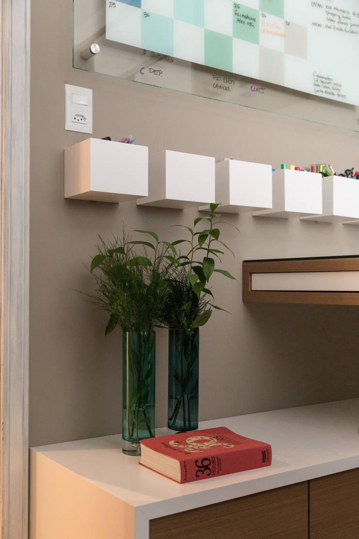 HOME OFFICE 01: Gabinete  por Pura!Arquitetura