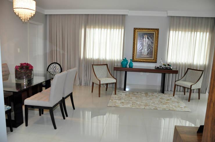 Apartamento em Machacalis 1: Corredores e halls de entrada  por Lívia Bonfim Designer de Interiores,