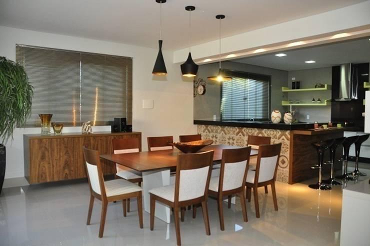 Cozinha - residência em Águas Formosas: Cozinhas  por Lívia Bonfim Designer de Interiores,