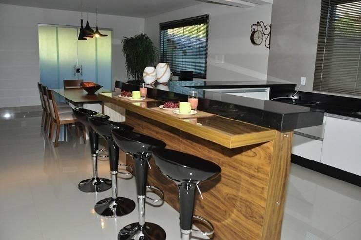 Cozinha – residência em Águas Formosas: Cozinhas  por Lívia Bonfim Designer de Interiores,