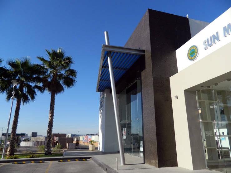 Vista de estructura pergolada: Espacios comerciales de estilo  por Acrópolis Arquitectura