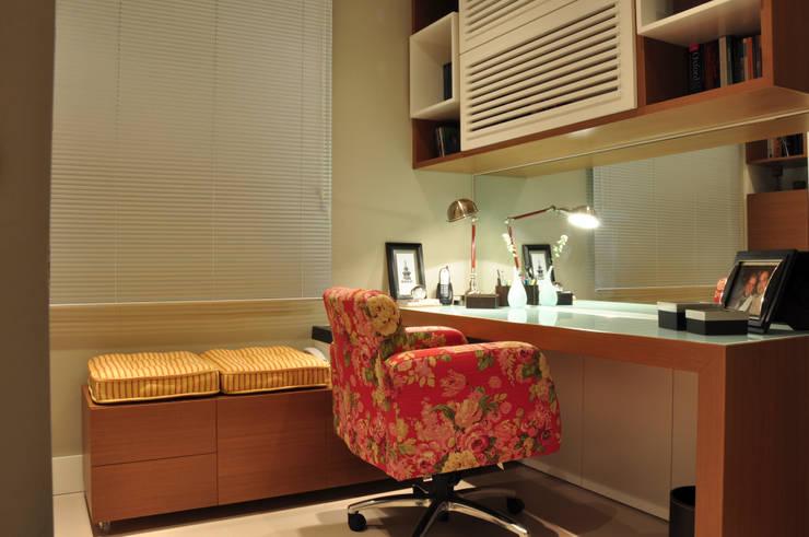 HOME OFFICE 02: Gabinete  por Pura!Arquitetura,