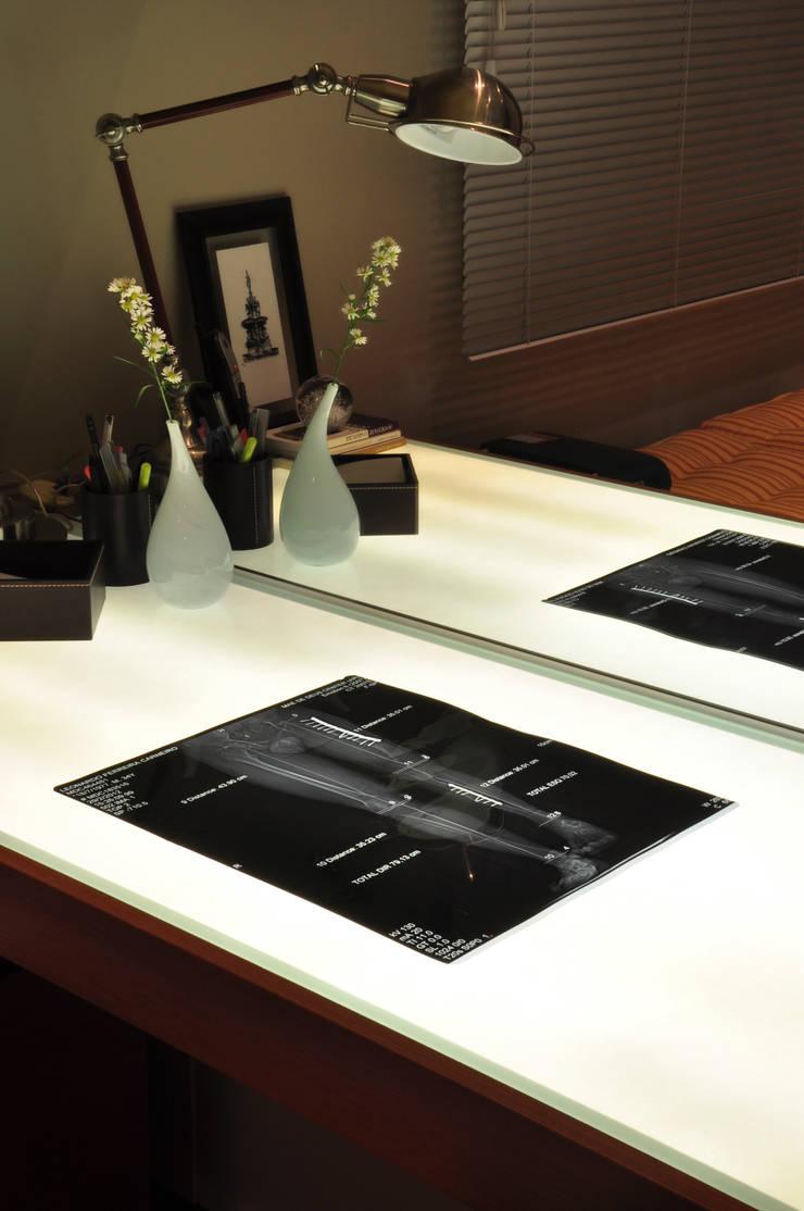 HOME OFFICE 02: Gabinete  por Pura!Arquitetura