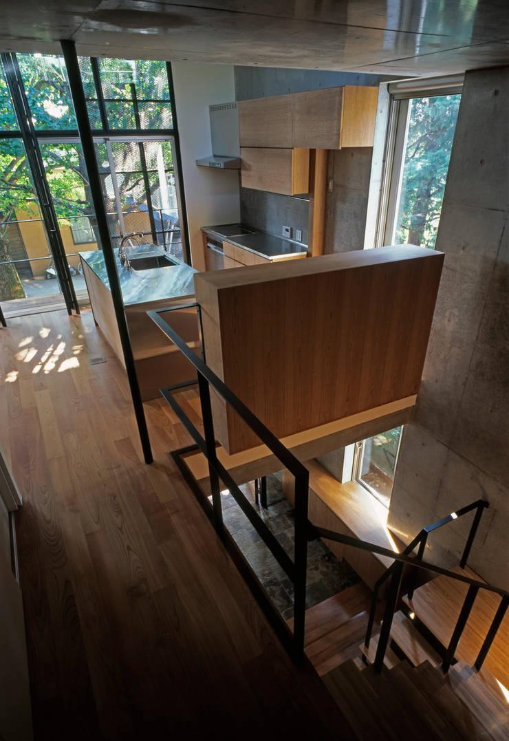 Pasillos, vestíbulos y escaleras de estilo moderno de HAN環境・建築設計事務所 Moderno