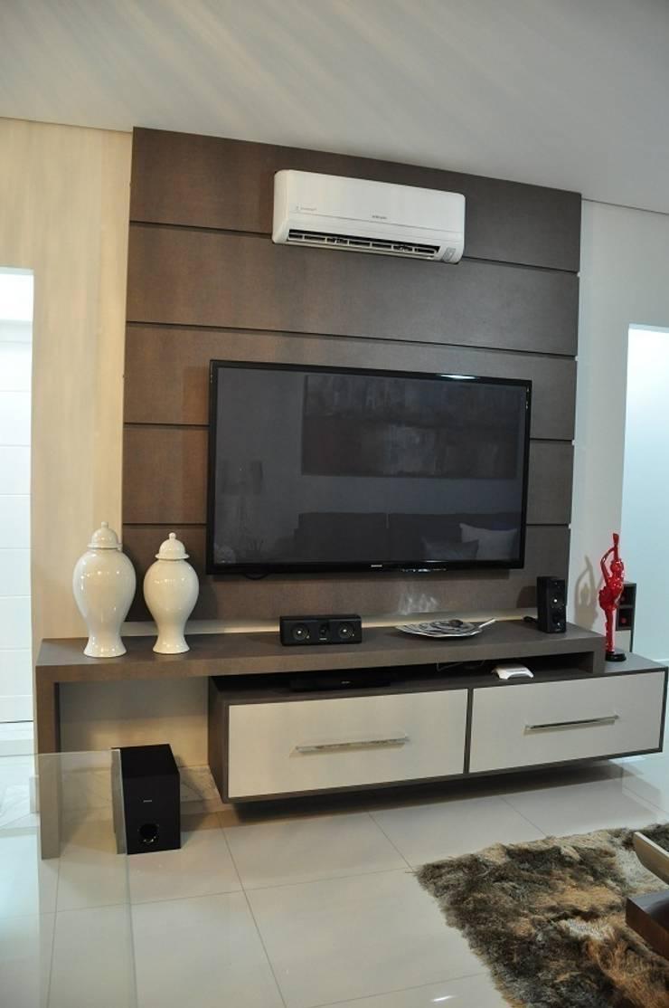 Apartamento Machacalis 2: Salas de multimídia  por Lívia Bonfim Designer de Interiores