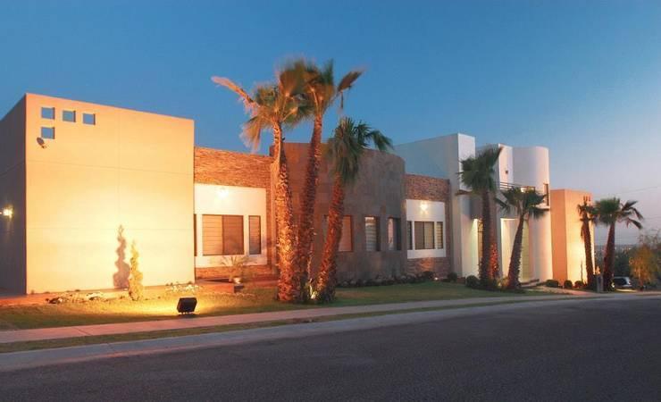 Vista de Fachada principal: Casas de estilo  por Acrópolis Arquitectura