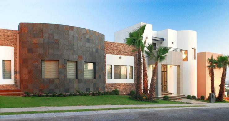 Vista general de Fachada: Casas de estilo  por Acrópolis Arquitectura
