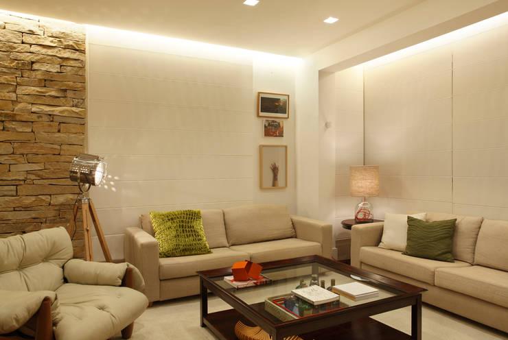 Casa 21: Salas de estar modernas por Estúdio Barino   Interiores