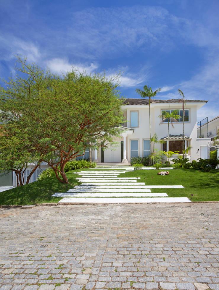 Casa 35: Jardins  por Estúdio Barino | Interiores
