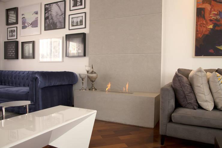 CASA MN: Sala de estar  por Aonze Arquitetura