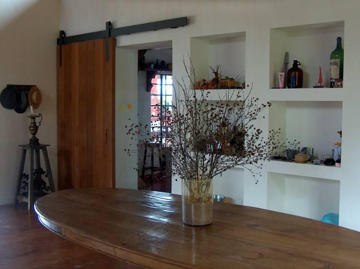 Sala de jantar:   por Ronald Ingber Arquitetura,Rústico