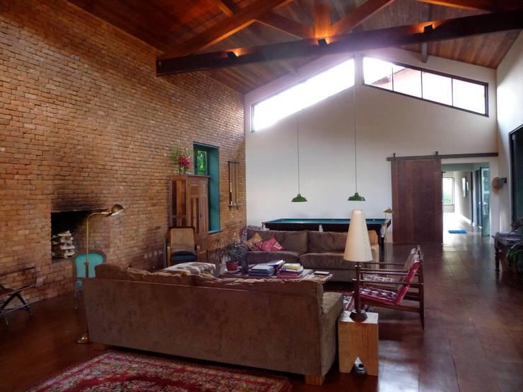 Sala de estar:   por Ronald Ingber Arquitetura,Rústico
