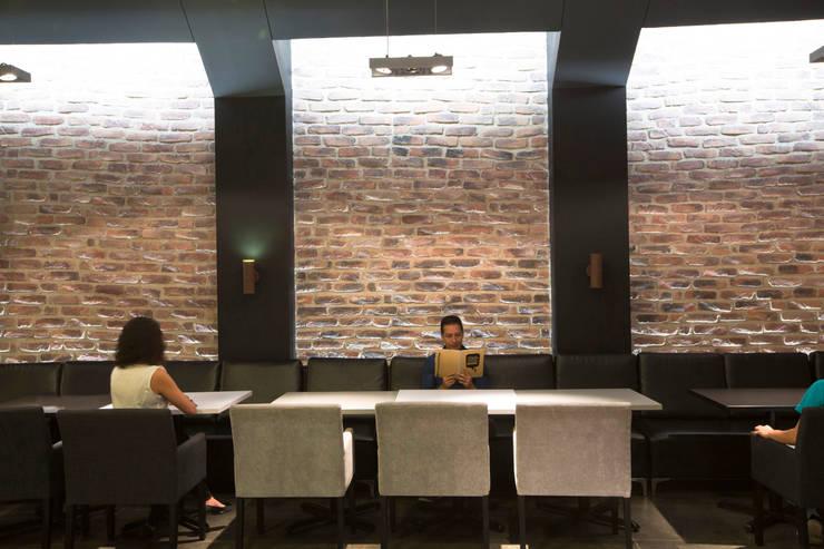 Oficinas Beliveo : Edificios de Oficinas de estilo  por CUATRO44
