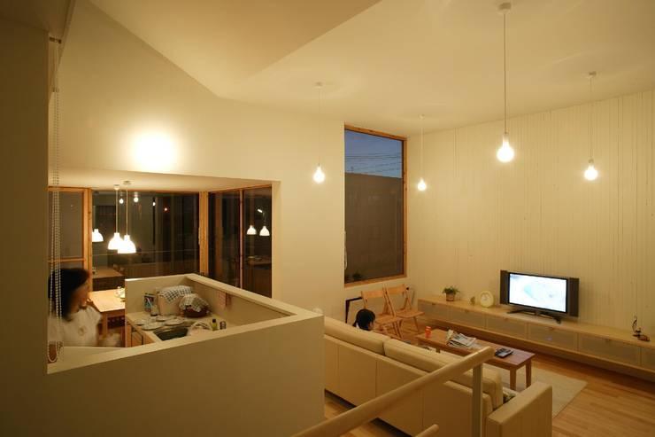 居間、台所2: キタウラ設計室が手掛けたリビングです。