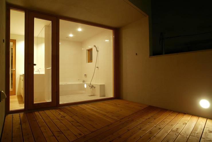 バルコニーから浴室を見る: キタウラ設計室が手掛けたテラス・ベランダです。