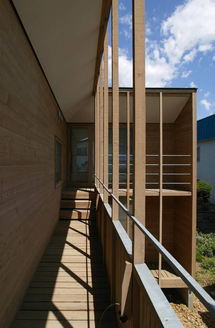 2階バルコニー2: キタウラ設計室が手掛けたテラス・ベランダです。