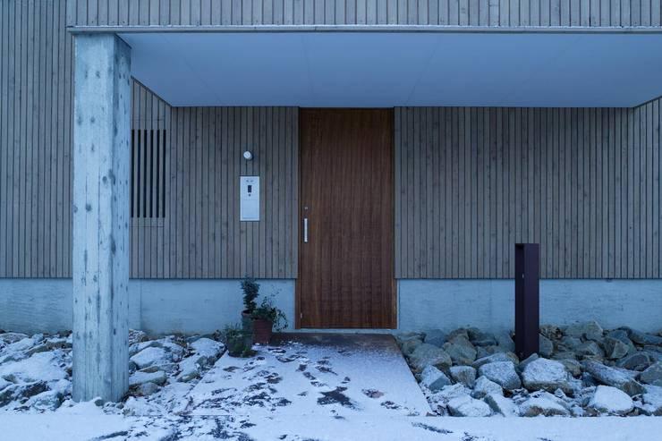 玄関ドア: キタウラ設計室が手掛けた家です。