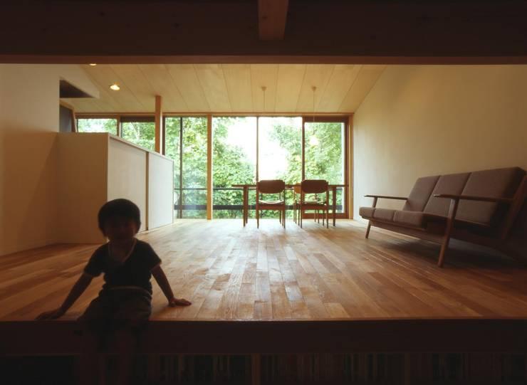書斎から居間を見る: キタウラ設計室が手掛けたリビングです。,オリジナル
