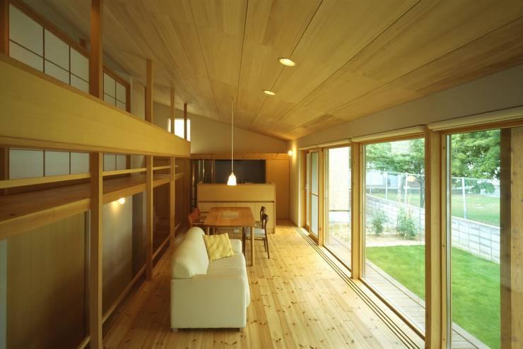 居間、台所: キタウラ設計室が手掛けたリビングです。