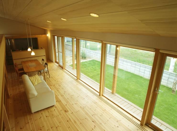 居間、台所を見下ろす: キタウラ設計室が手掛けたリビングです。
