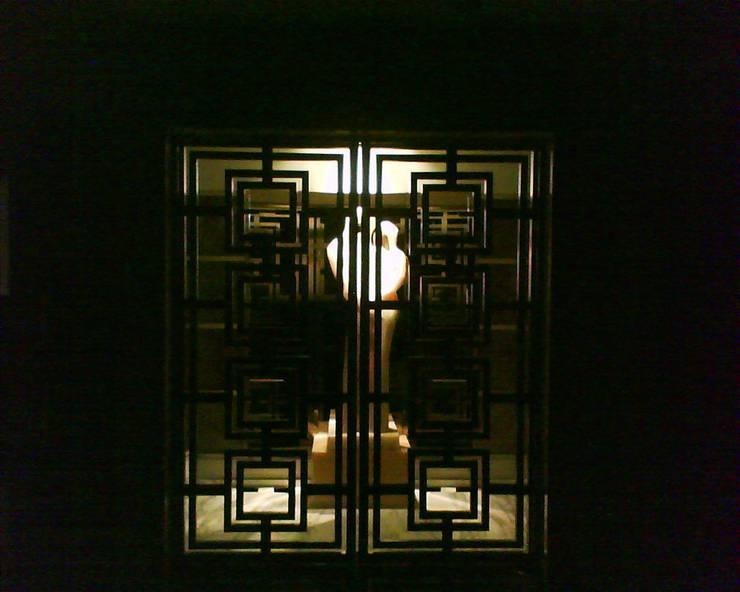 Departamento Bosques: Vestíbulos, pasillos y escaleras de estilo  por Iluminarq